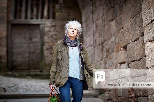 Frau geht auf einer ländlichen Straße  Bruniquel  Frankreich