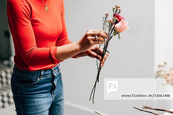 Mittlere Sektion einer Floristin mit Schnittblumen im Floristen-Workshop