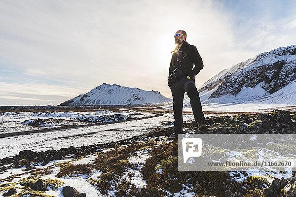 Mann stehend  Blick auf Ansicht  Blick aus niedrigem Winkel  Arnarstapi. Island