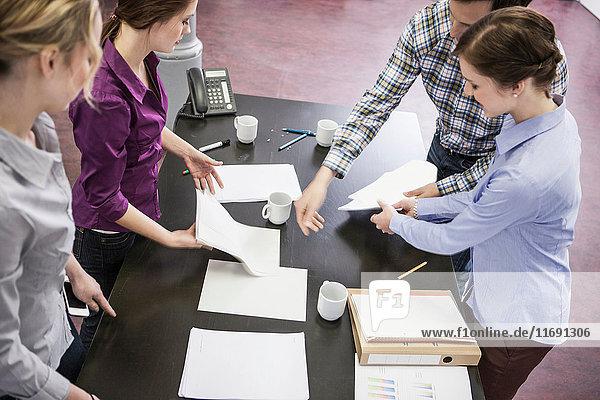 Geschäftsleute organisieren Papiere