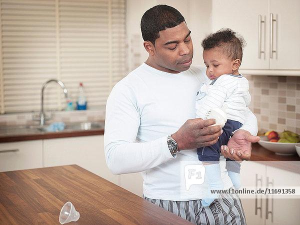 Vater testet Temperatur der Säuglingsmilch