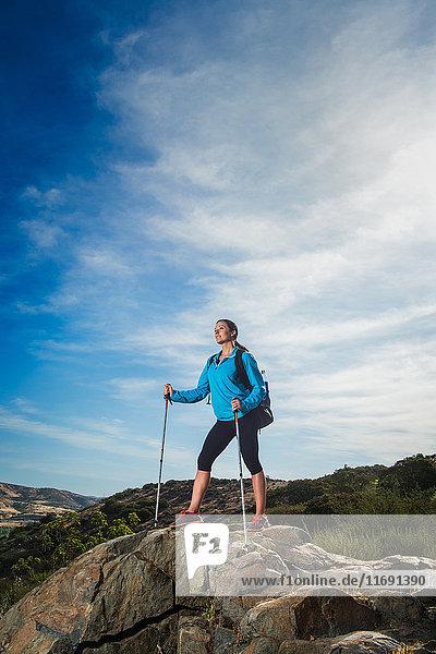 Weibliche Wanderin am Fels