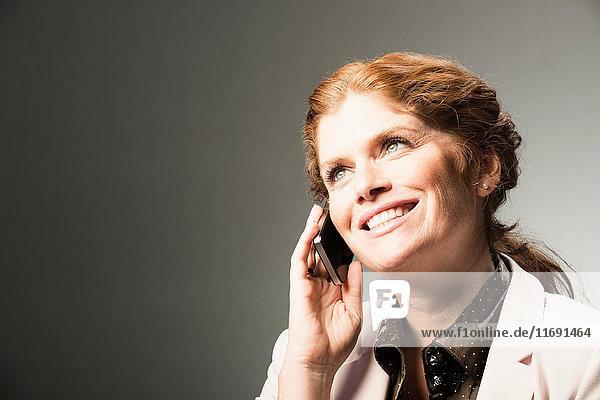 Geschäftsfrau telefoniert am Handy