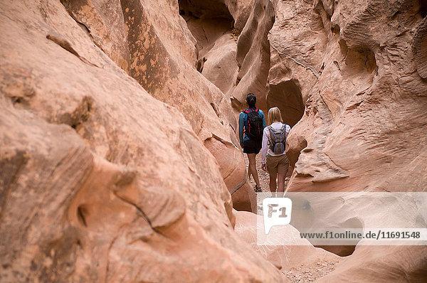Wanderer erkunden Felsformationen