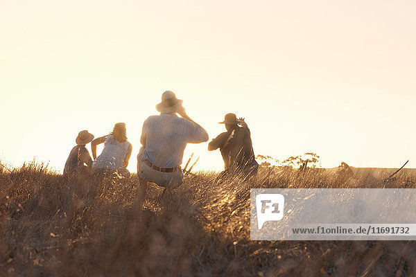 Menschen beobachten Wildtiere auf Safari  Stellenbosch  Südafrika