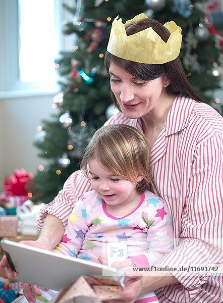 Mutter und Tochter öffnen Weihnachtsgeschenke