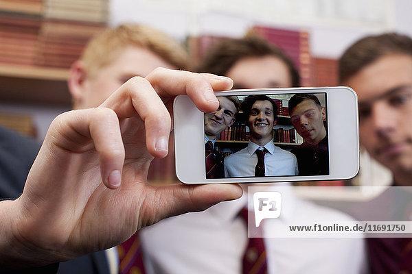 Studenten  die gemeinsam fotografieren