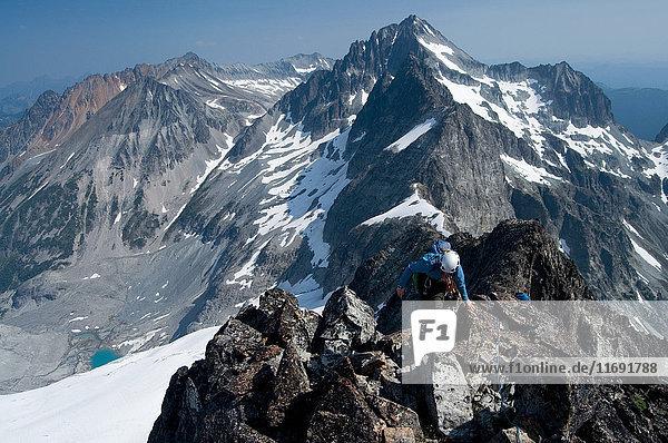 Bergsteigerin auf Berggipfel  Redoubt Whatcom Traverse  North Cascades National Park  WA  USA