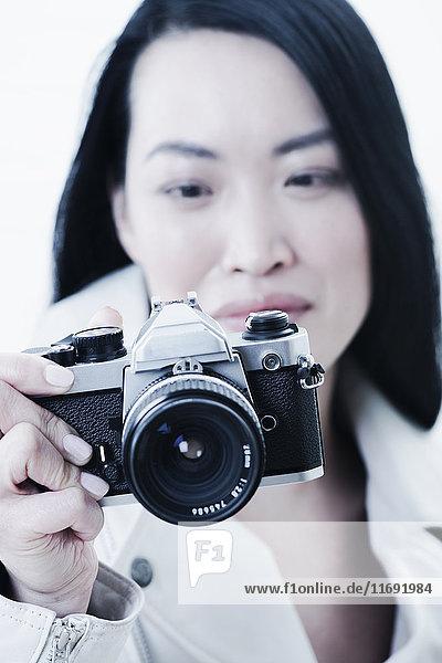 Frau  die mit der Kamera fotografiert