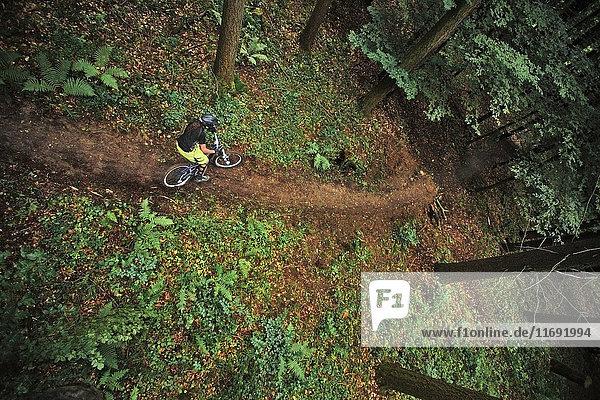 Erhöhte Ansicht einer Mountainbikerin auf einem Feldweg