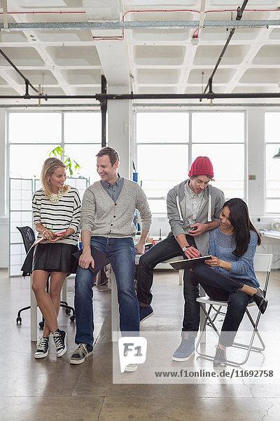 Kreatives Geschäftsteam sitzt im Büro zusammen