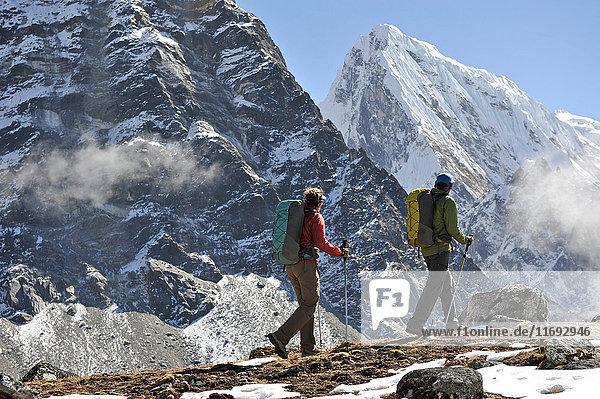 Trekker wandern entlang eines Bergrückens  Gokyo  Nepal