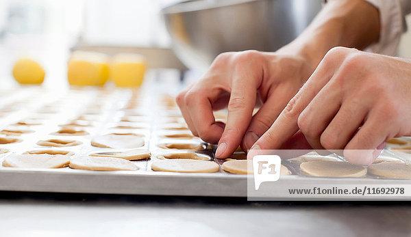 Bäcker formt Gebäck in der Küche