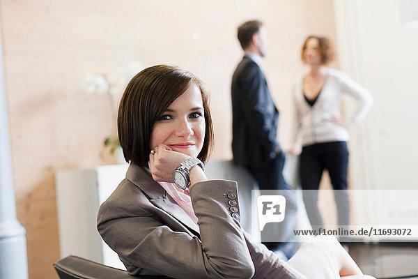Geschäftsfrau lächelnd auf dem Stuhl