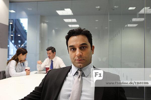 Geschäftsmann im Sitzungssaal sitzend