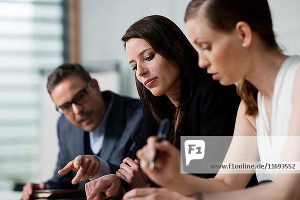 Drei Personen in einer Sitzung