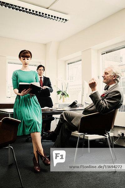 Sekretär mit zwei Männern im Amt