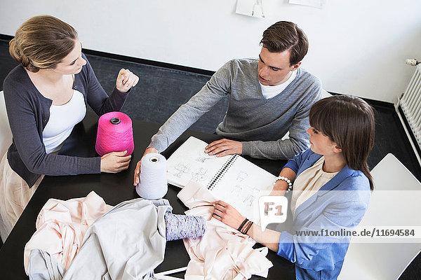 Geschäftsleute untersuchen Gewebe