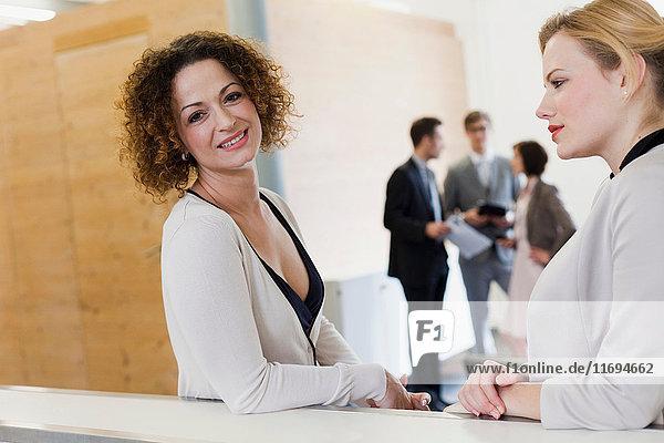 Geschäftsfrauen im Gespräch im Amt