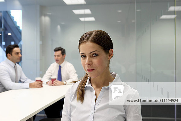Geschäftsfrau sitzt im Besprechungsraum