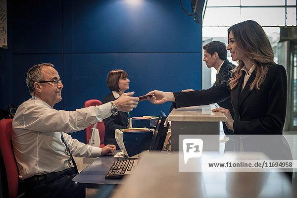 Geschäftsfrau am Flughafen-Check-in-Bereich