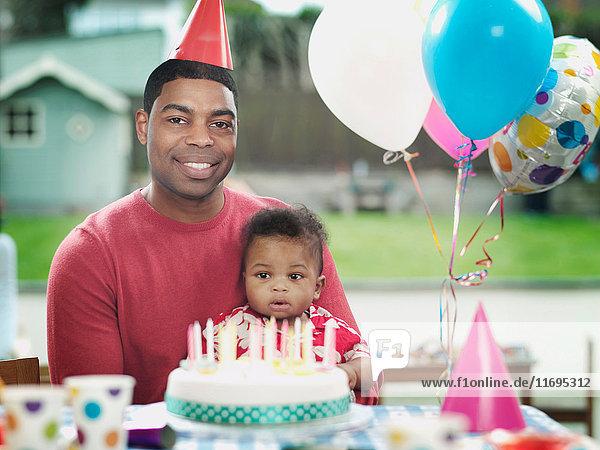Vater und kleiner Junge auf Geburtstagsfeier  Porträt