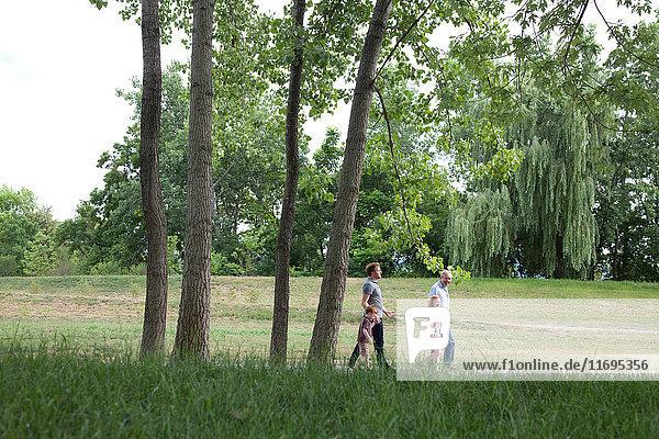 Familie beim Spaziergang im Freien