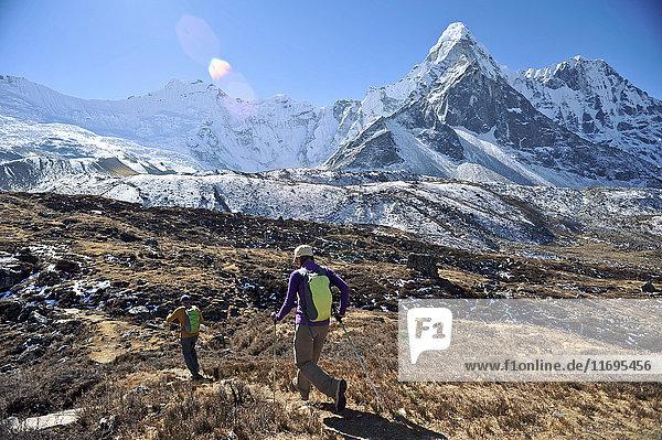 Trekker beginnen Tageswanderung  Chhukung  Nepal