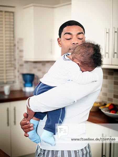 Vater hält Baby Junge