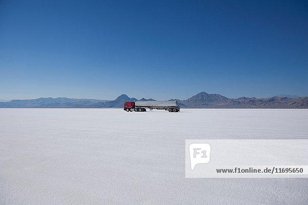 Lastwagenfahren in Wüstenlandschaft