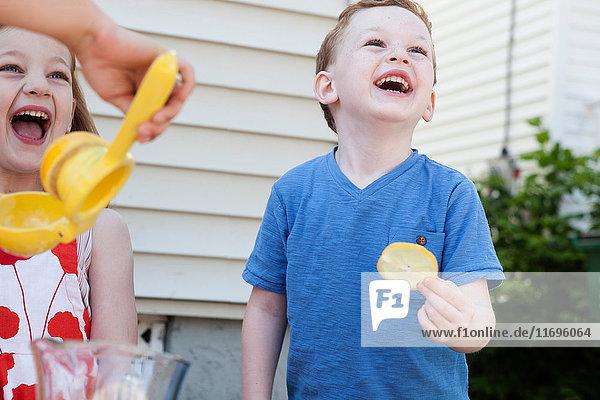 Kinder machen selbstgemachte Limonade