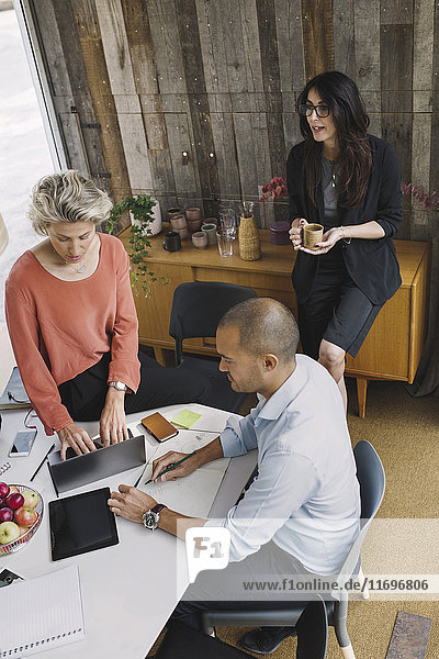 Geschäftskollegen am Schreibtisch in einem tragbaren Bürowagen