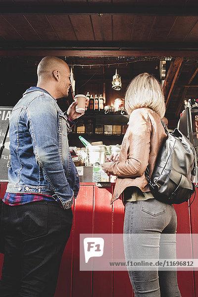 Paar kauft Kaffee vom Speisewagen in der Stadt.