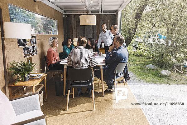 Geschäftskollegen diskutieren Strategie im mobilen Bürotruck