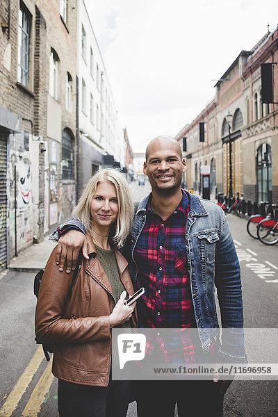 Porträt eines liebenden multiethnischen Paares auf der Straße der Stadt