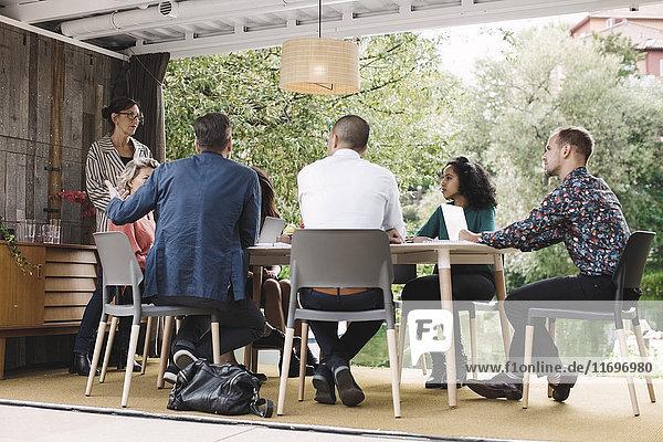 Geschäftsleute diskutieren Strategie im tragbaren Bürotruck