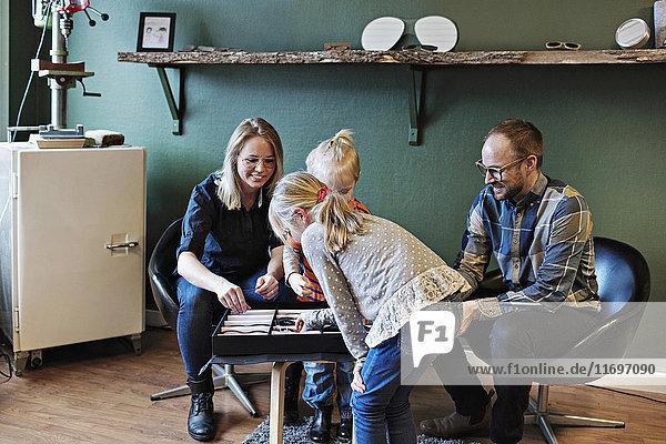 Kinder mit Besitzer in Brillenwerkstatt