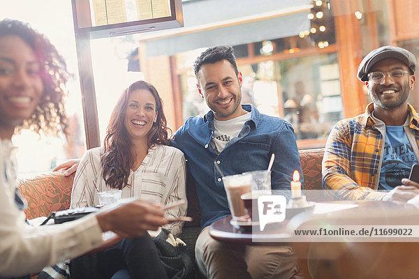 Porträt lächelnde Freunde im Cafe