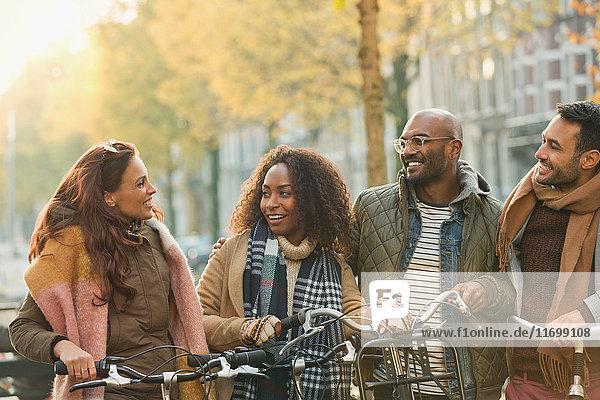 Freunde Radfahren auf der städtischen Herbststraße