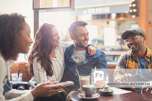 Lächelndes junges Paar Freunde  die im Café rumhängen.