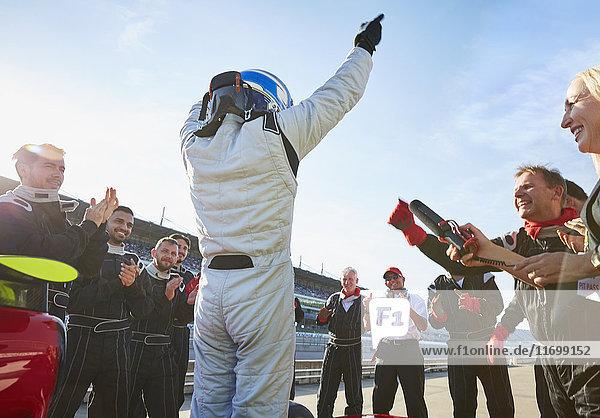 Formel-1-Rennstall und Fahrer jubeln  feiern den Sieg auf der Sportstrecke