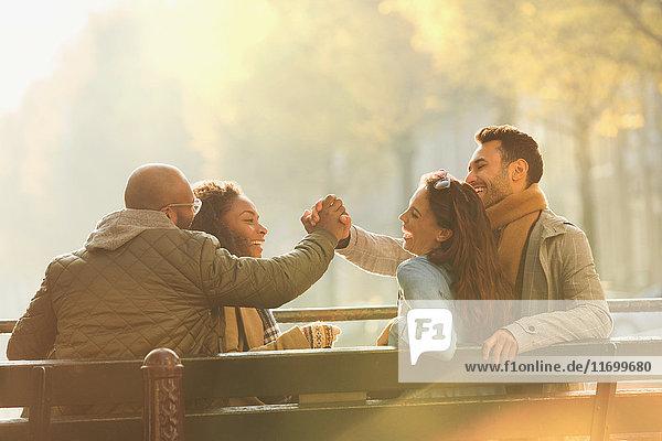 Freunde lachen  auf der Herbstbank rumhängen