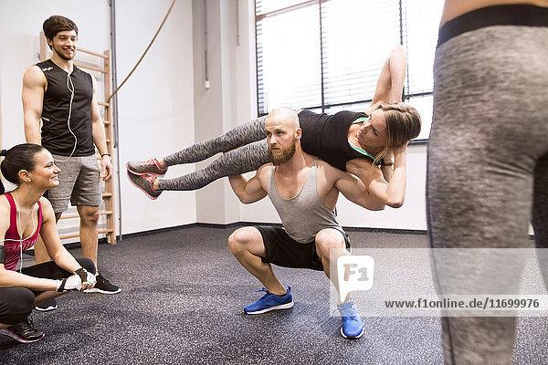 Jugendliche beim Fitnesstraining im Fitnessstudio  Hebepartner