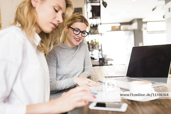 Zwei Unternehmerinnen arbeiten gemeinsam am Projekt