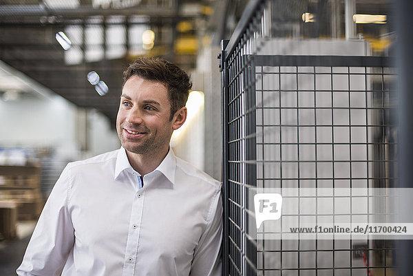 Porträt eines selbstbewussten Geschäftsmannes in der Fabrikhalle