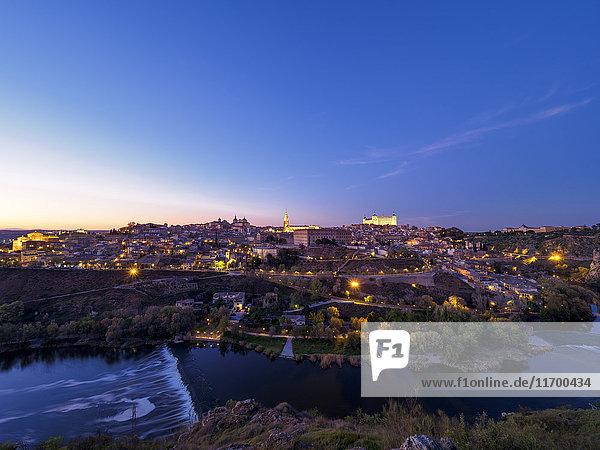 Spanien,  Toledo,  Stadtbild zur blauen Stunde