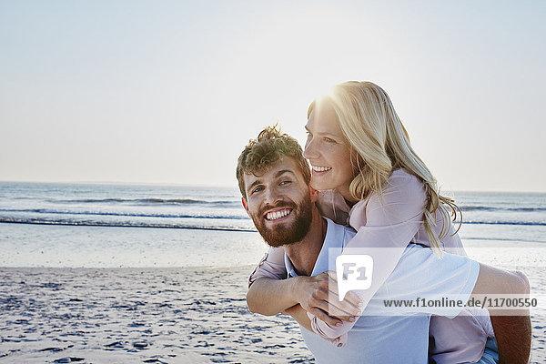 Porträt eines glücklichen Paares am Strand