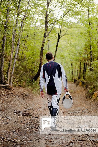 Biker-Wandern auf Waldweg  Rückansicht