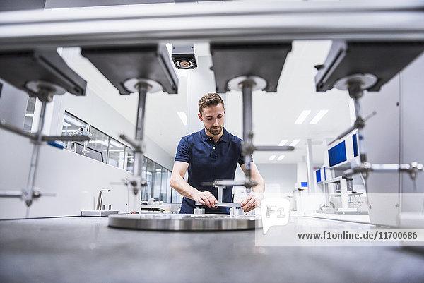 Mann an einer Maschine im Prüfmittelraum
