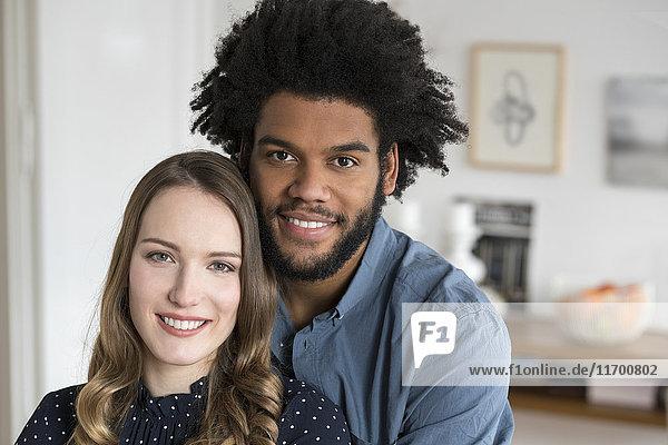 Porträt eines lächelnden Paares mit Blick in die Kamera